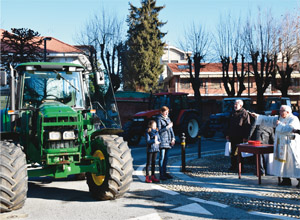 Benedizione trattori degli agricoltori nel piazzale del Santuario di Sommariva Bosco
